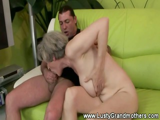 skilled granny banging inexperienced dude on sofa